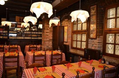 Restaurant Bar Pub Lokal Wirtshaus Tische Stühle Essen