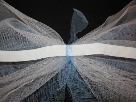 Faschingskostüm DIY Flügel Gummi fixieren